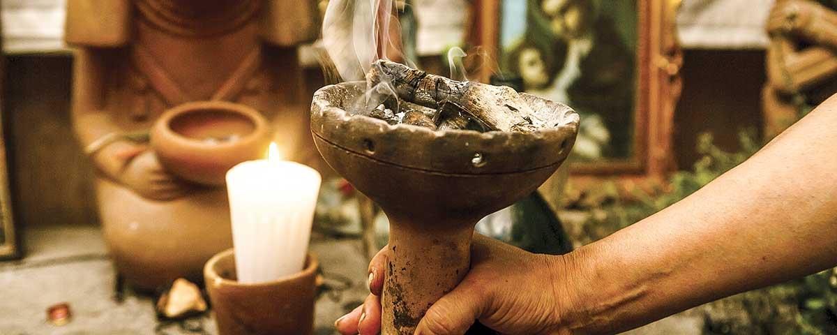 Curanderos, parteras y rezanderos: el arte de curar en México