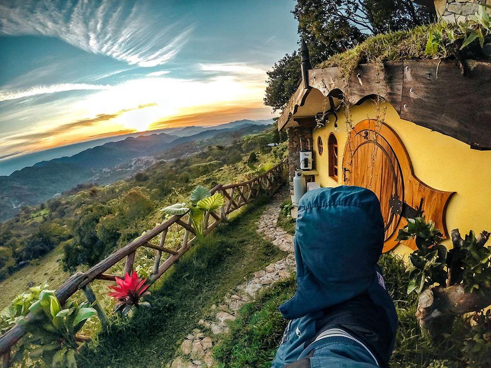 visitante observando la panoramica del Hotel Tapasoli